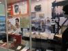 10-vitrine-met-informatie-over-de-2e-wereldoorlog-fotos-materiaal-en-indentiteitskaarten