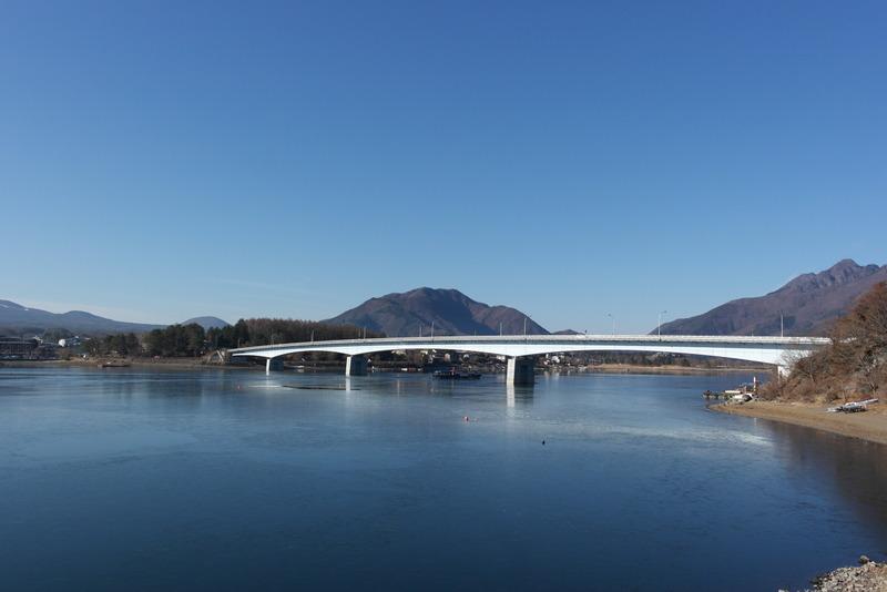 25-brug-over-lake-kawaguchi-ko-aan-de-voet-van-mt-fuji
