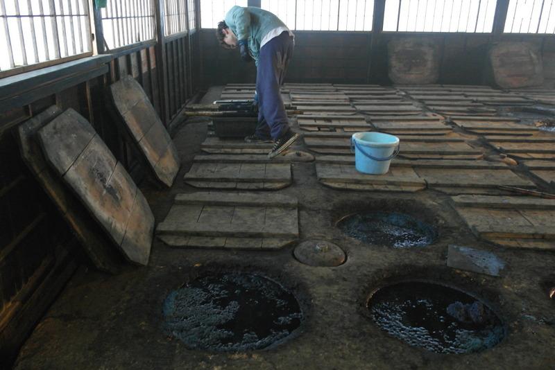 25-indigo-verfbaden-op-natuurlijke-basis-extract-van-de-bladeren-indigoplant-rond-710-759-geintroduceerd-in-japan