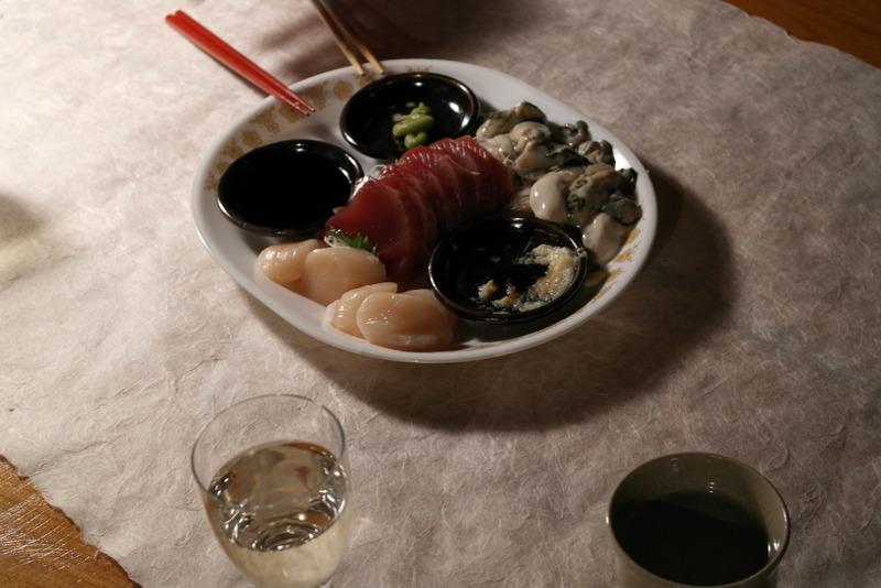 32-bij-thuiskomst-vis-oesters-katsuo-rode-vis-hotate-witte-vis-op-een-bedje-van-radijs-met-tuinkruiden-en-witte-wijn