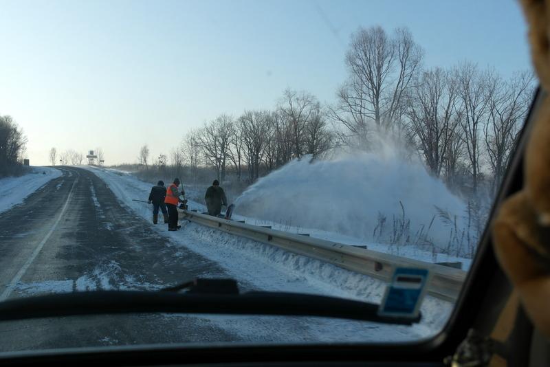 04-en-regelmatig-wegwerkers-die-de-vangrails-sneeuwvrij-maken