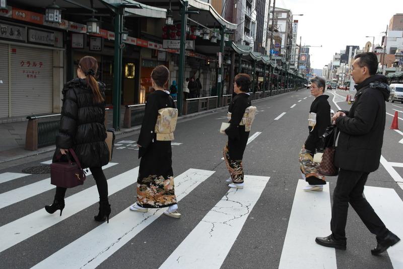 023-op-weg-naar-gion-the-authentic-kyoto-in-traditionele-kleding-mogelijk-drie-maiko-leerling-geisha