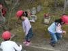 009-met-spelende-kinderen-die-steentjes-verzamelen