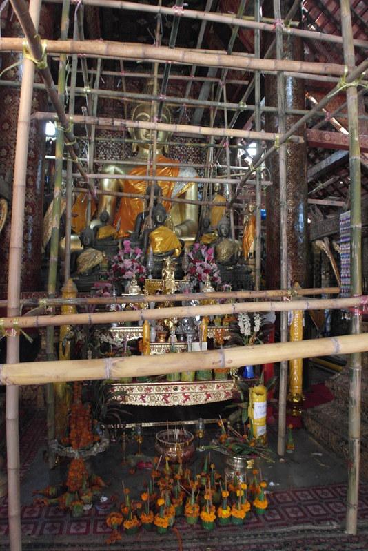 06-boeddha-beeld-in-de-tempel-zichtbaar-door-de-steigers