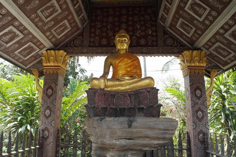 27-op-de-binnenplaats-nog-een-boeddha