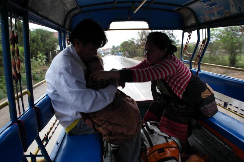 101-samen-met-een-jong-gezin-in-de-tuktuk-naar-kuang-si-water-fall