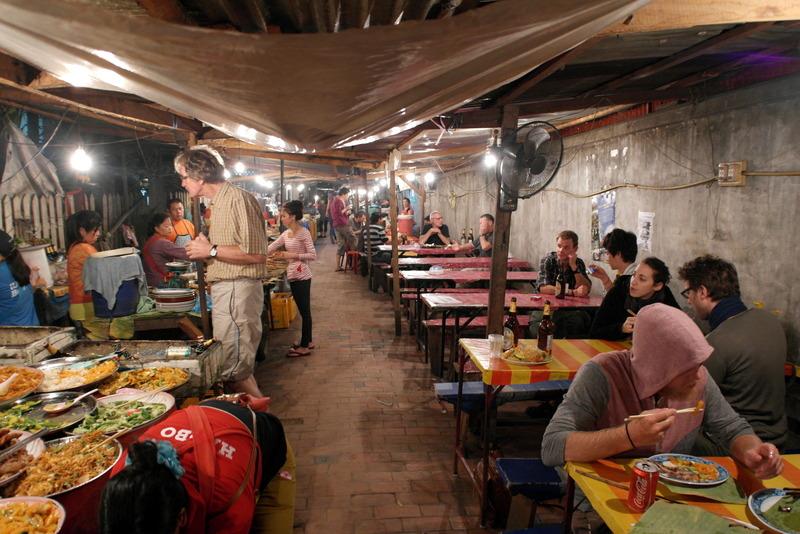 320-de-night-foodstals-liggen-in-het-verlengde-van-de-handicraft-night-market