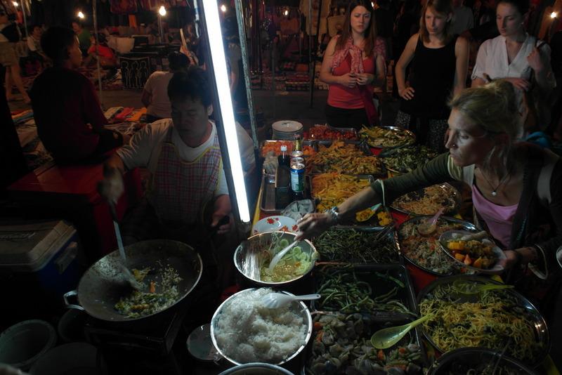323-het-naar-eigen-keuze-gevulde-bordje-wordt-door-de-chefkok-gebakken-in-een-wok