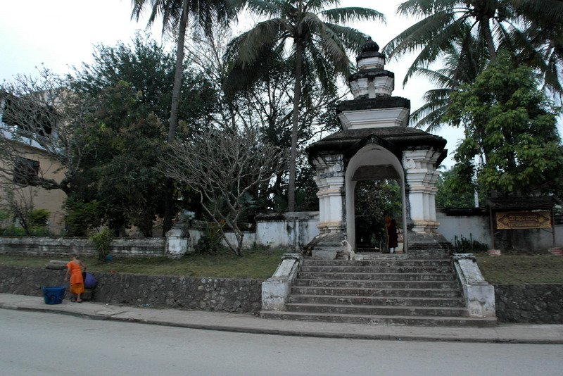 401-07-00-u-in-de-ochtend-terug-van-morning-alms-giving-bij-de-ingang-van-wat-wisunarat-temple