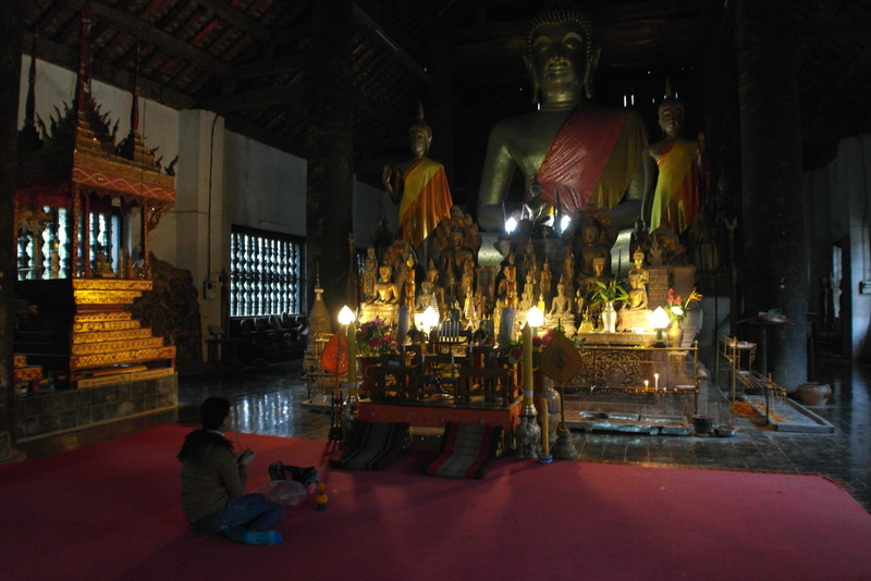 In de tempel grote zittende boeddha omgeven door vele kleinere boeddha\'s: calling for rain boeddha\'s