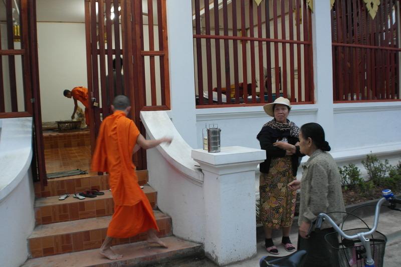 406-monniken-nemen-de-pannetjes-mee-naar-binnen