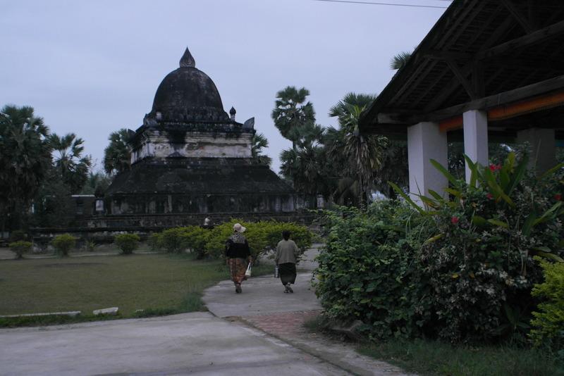 408-de-vrouwen-gaan-tevreden-terug-naar-huis-op-de-achtergrond-that-pathum-lotus-stupa-built-in-1514