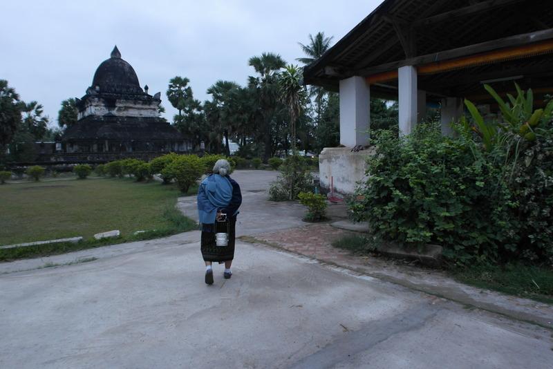 409-een-dagelijks-ritueel-diep-geworteld-in-de-de-gemeenschap-van-luang-prabang