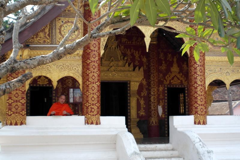427-lezen-studie-bij-de-ingang-van-de-wat-mai-tempel