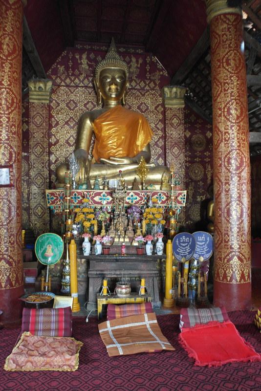 428-zittende-boeddha-met-kussentjes-voor-de-meditatie