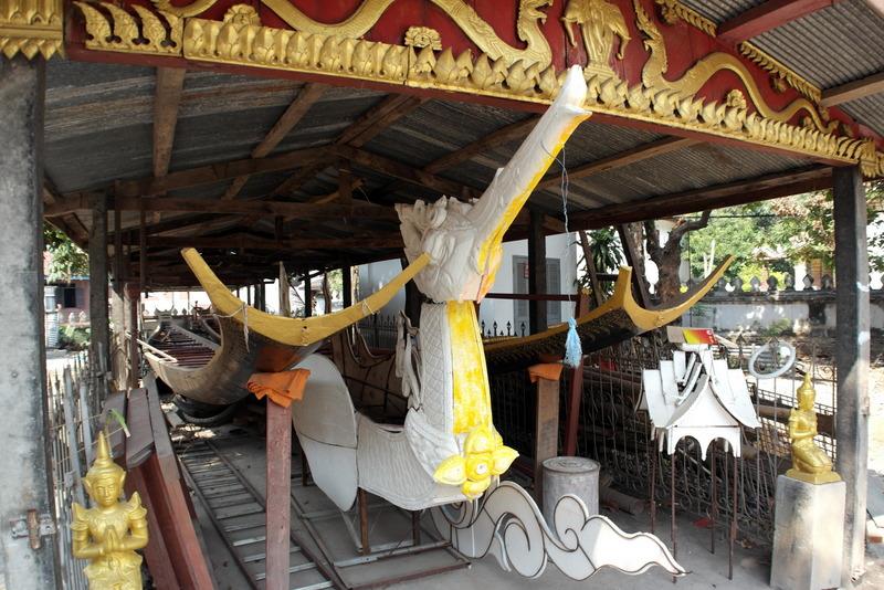 438-bij-de-tempel-een-boothuis-boot-voor-ceremonie-of-processie