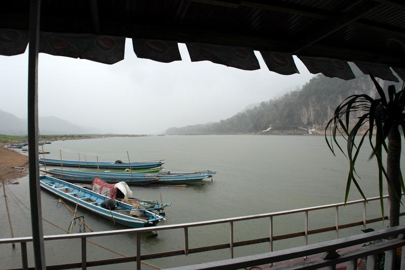 17-vanwege-de-hevige-regen-is-het-wachten-op-een-lokaal-bootje-voor-de-overzijde