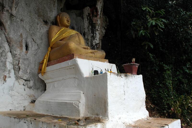 33-zittende-mediterende-discipel-van-boeddha-bij-de-ingang-in-1935-gerestaureerd