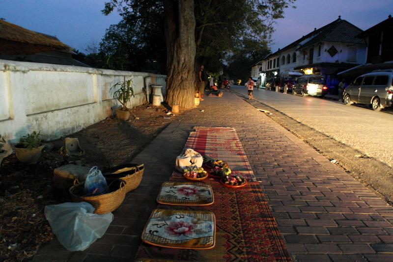 01-06-00-in-de-ochtend-in-de-straten-van-luang-prabang