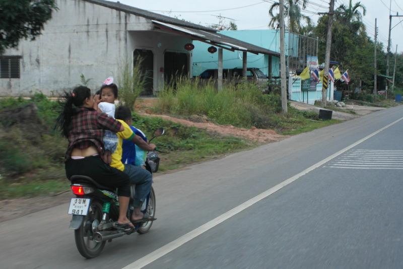 a03-samen-met-vrouw-en-kinderen-op-het-brommertje
