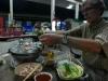 07-een-klontje-reuzel-en-het-vlees-op-het-rooster-de-mie-en-de-groente-in-de-bouillon