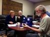 Compatible Technology International - Center- testen we samen met enkele andere vrijwilligers de handleiding voor het monteren van een (hand) graanmolen, ontwikkeld voor kleinschalig gebruik in ontwi