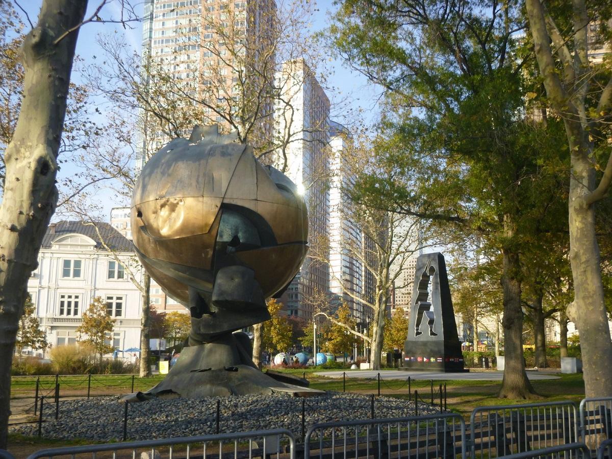 """22""""The Sphere"""" van Fritz Koening, sculptuur die op de Plaza van het World Trade Centre stond, als symbool voor de Wereldvrede. Tijdens 9-11 tragisch verwoest, nu als Memorial in het Battery Park"""