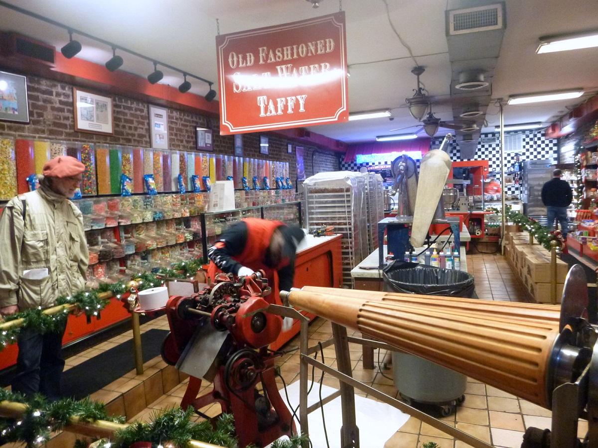 """17 Historische winkeltje """"Savannah Riverstreetsweets"""" waar men Old Fashioned Salt Water Taffy maakt met een machine van 105 jaar oud"""