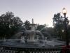 10 de stichter van Savannah James Oglethorpe tekende een volmaakt geometrisch grondplan met 24 kleine pleinen (1733), nu weelderige parken met fraaie eikenbomen, beeldhouwwerken en fonteinen