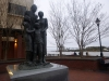 13 aan de kade een kleine familie, ooit als slaven aangekomen. Een monument ter herinnering aan de families die uit elkaar werden gehaald er als slaven werden verkocht. Nu verenigd