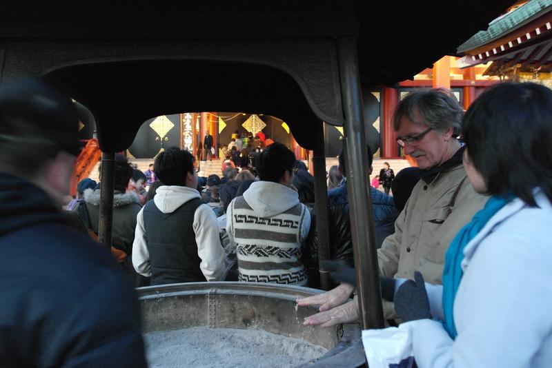 006-handen-warmen-en-met-wierook-voorbereiden-op-bezoek-aan-de-tempel