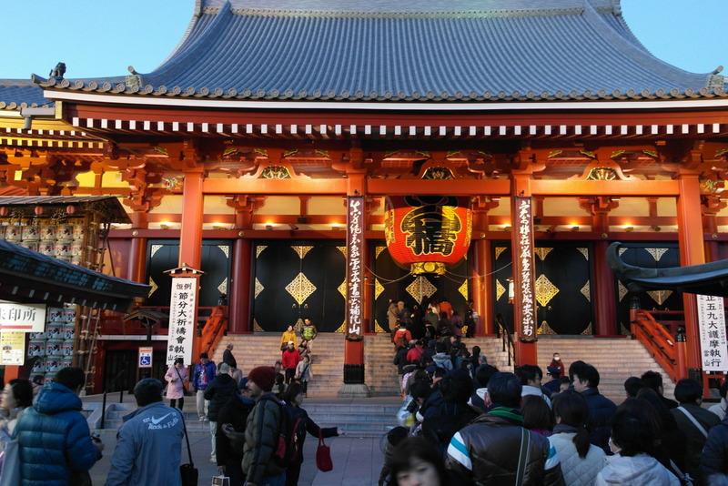 007-een-lange-rij-rustig-wachtend-voor-bezoek-aan-de-temple