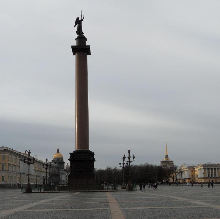 Zuil op het plein voor de Hermitage