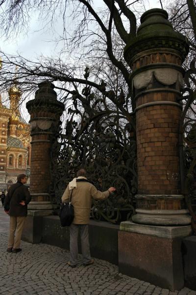 church of the-savior on spilled blood hekken aan het aangrenzende park