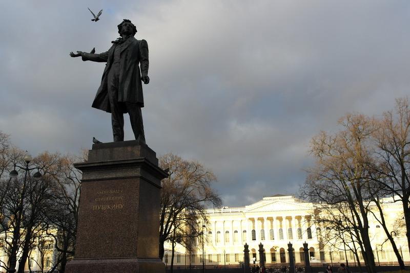 Pushkin en duiven voor het Russisch museum