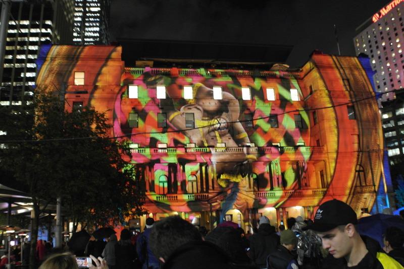 11-lichtspel-op-een-van-de-gebouwen-in-de-haven