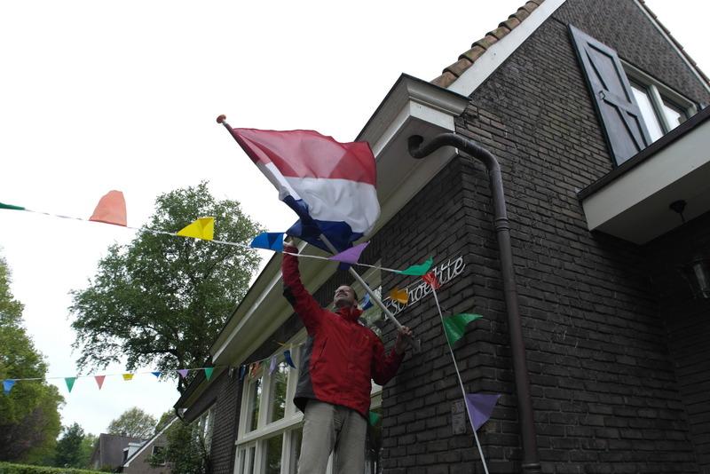 33-eric-hangt-de-vlag-uit