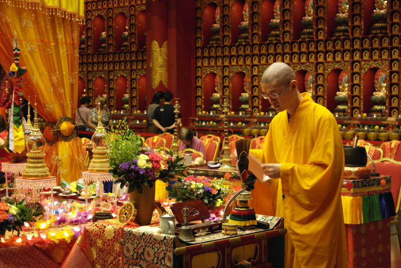 114-monnik-voorbereiding-voor-een-dienst