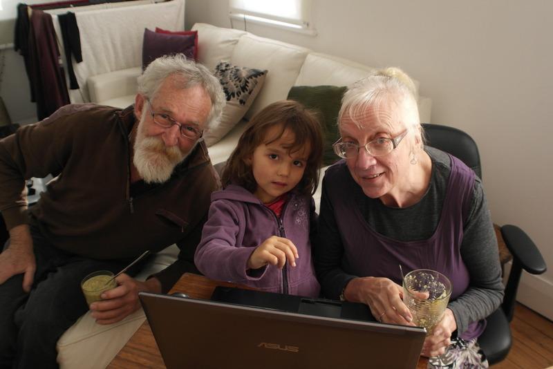 107-kleindochter-eliot-samen-met-opa-en-oma-achter-de-computer