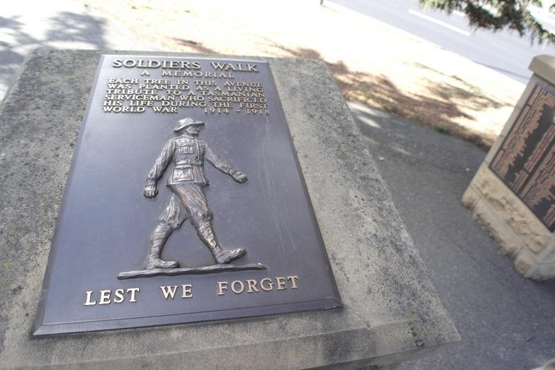 208-soldiers-walk-herdenkings-park-1e-wereldoorlog