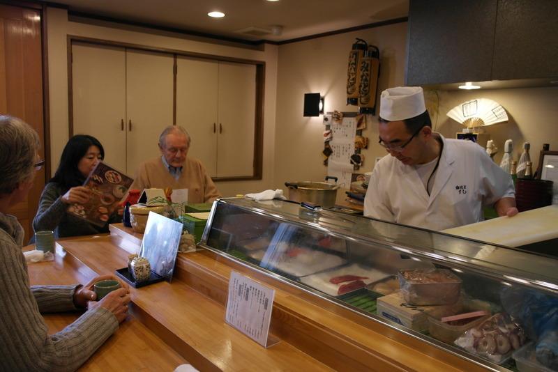 103-samen-met-kaoru-katsuno-en-willem-kortekaas-gebogen-over-de-menukaart